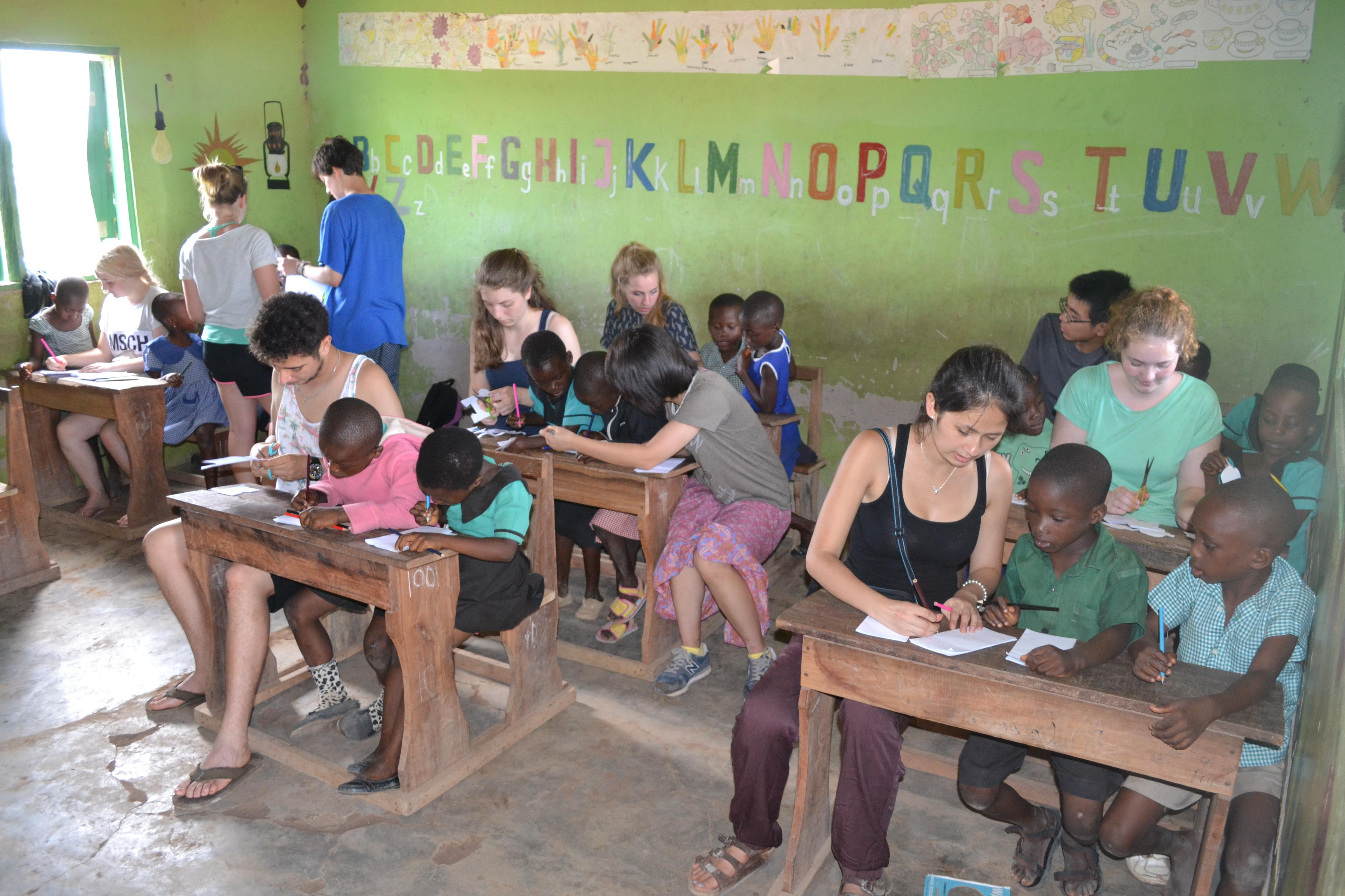 Voluntarias sociales ayudando a los estudiantes con una actividad.